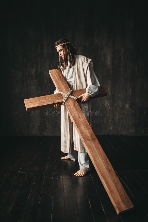 Großer Märtyrer mit Kreuz, schwarzer Hintergrund lizenzfreies stockfoto