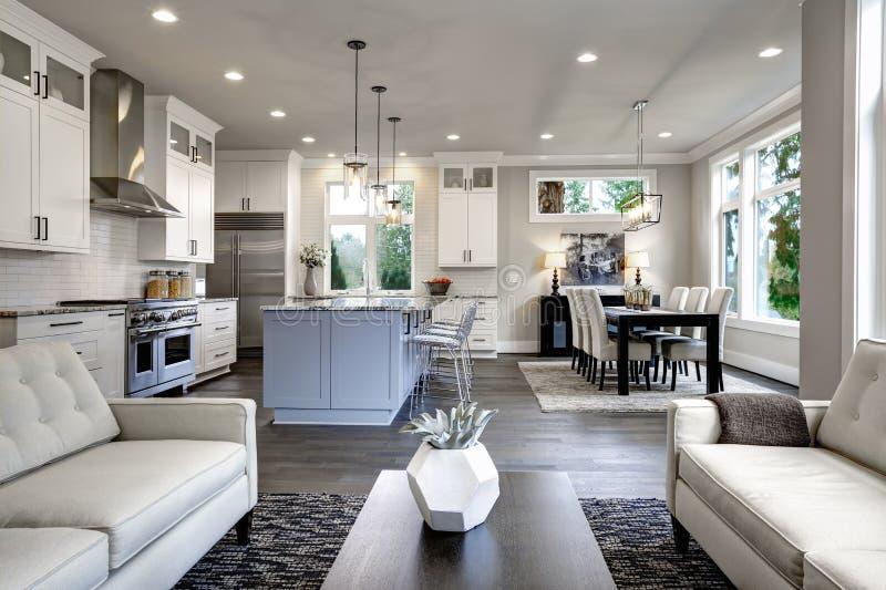 Großer moderner Luxuswohnzimmerinnenraum in Bellevue-Haus stockfotografie