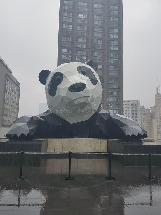 Großer Panda stuft Gebäude in Chengdu ein lizenzfreies stockfoto