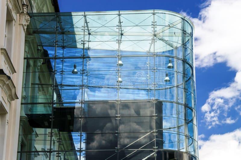 Großer Platz der Glaswand öffentlich lizenzfreie stockfotos