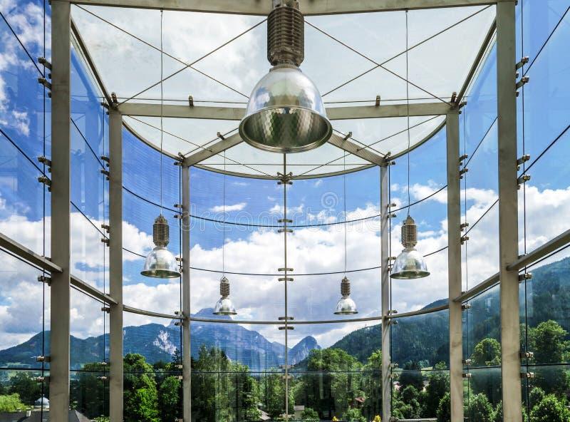 Großer Platz der Glaswand öffentlich lizenzfreies stockbild