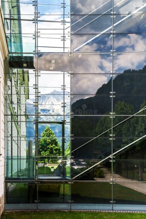 Großer Platz der Glaswand öffentlich lizenzfreies stockfoto