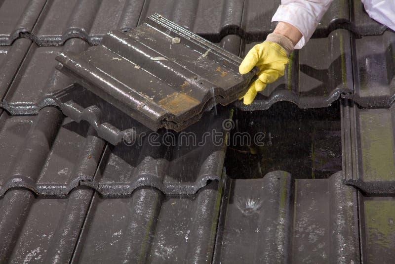 Arbeitskraft auf Dachfestlegungs-Dachfliesen lizenzfreie stockfotos