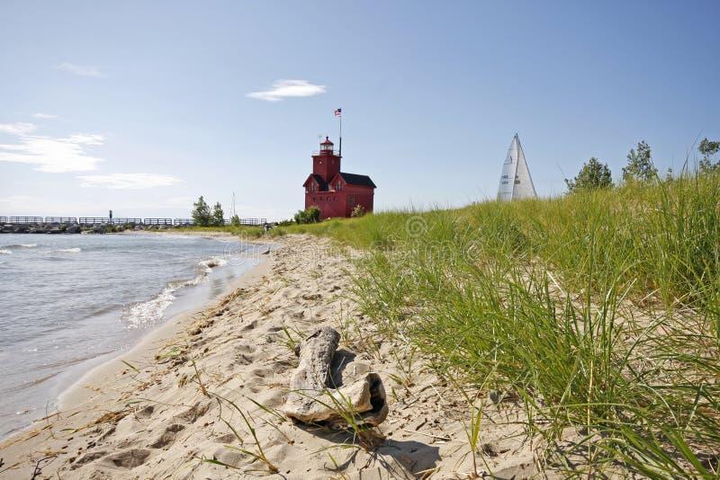 Großer roter Leuchtturm auf Michigansee lizenzfreie stockfotos