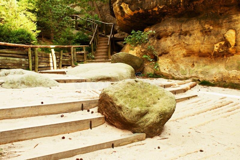 Großer Sandsteinflussstein gefallen in Mitte des touristischen Weges Hölzerne Jobstepps lizenzfreies stockfoto