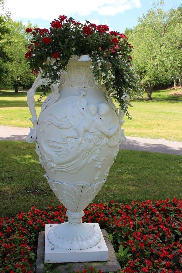 Großer schöner Vase mit verwickelten Stichen und mit Blumen, Kongress-Park, Saratoga Springs, New York, 2018 gefüllt stockfotografie