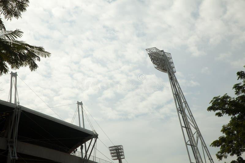Großer Scheinwerfer im Freien am Fußballstadion stockfoto
