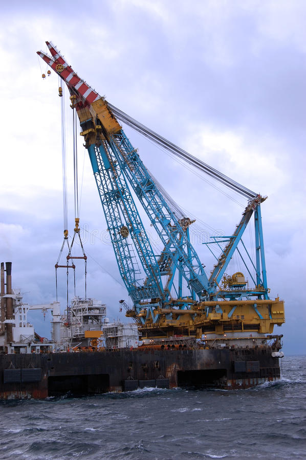 Großer schwerer Aufzugkran in Kraft in der Nordsee. stockbild