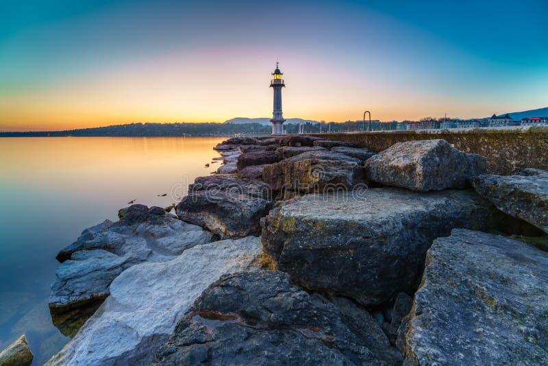 Großer See-Leuchtturm-Sonnenaufgang mit Felsen lizenzfreie stockbilder
