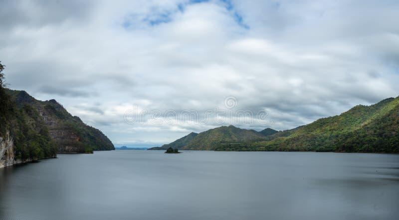 Gro?er See mitten in dem Berg, Wasserwelle ist glatt stockbild