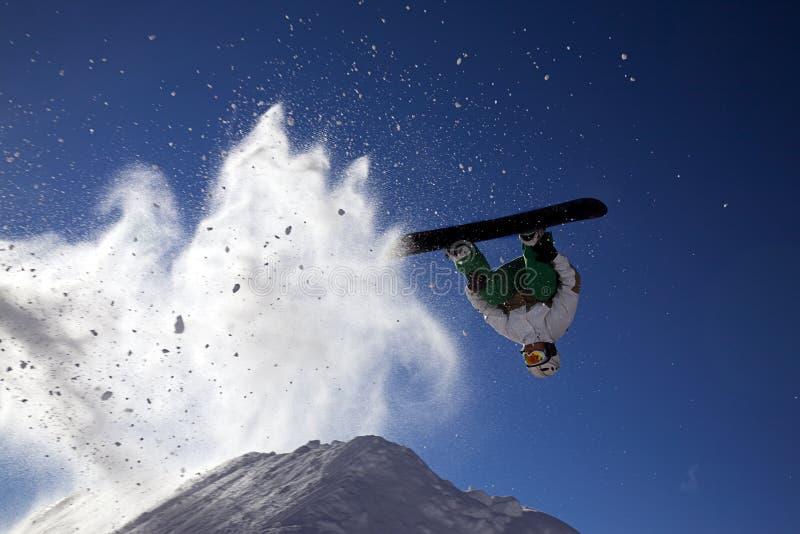 Großer Snowboardsprung stockfotografie