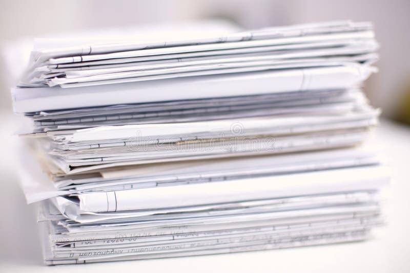 Großer Stapel Papiere, Dokumente auf dem Schreibtisch lizenzfreie stockbilder