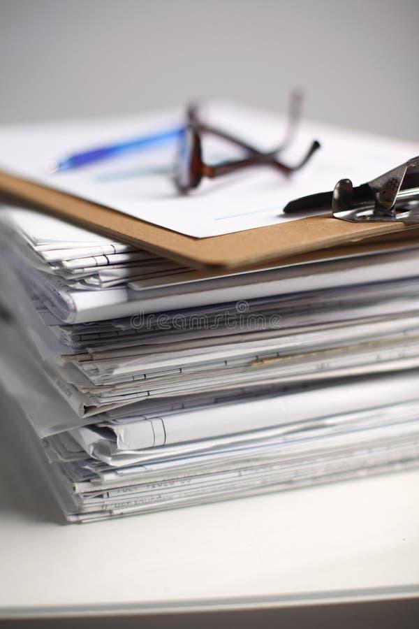 Großer Stapel Papiere, Dokumente auf dem Schreibtisch stockbilder