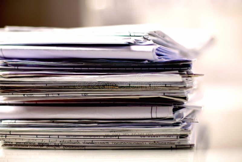 Großer Stapel Papiere, Dokumente auf dem Schreibtisch stockbild