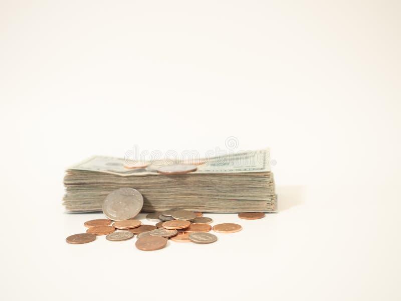 Großer Stapel US zwanzig Dollarscheine und Münzen stockfoto
