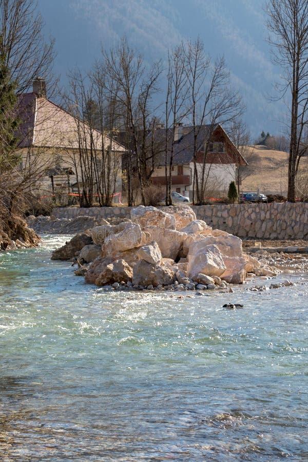 Großer Stapel von Felsen im Fluss lizenzfreie stockbilder