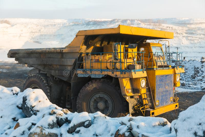 Großer Steinbruchkipplaster Laden des Felsens im Kipper Ladenkohle in Körper-LKW Nützliche Mineralien der Produktion bergbau stockbilder