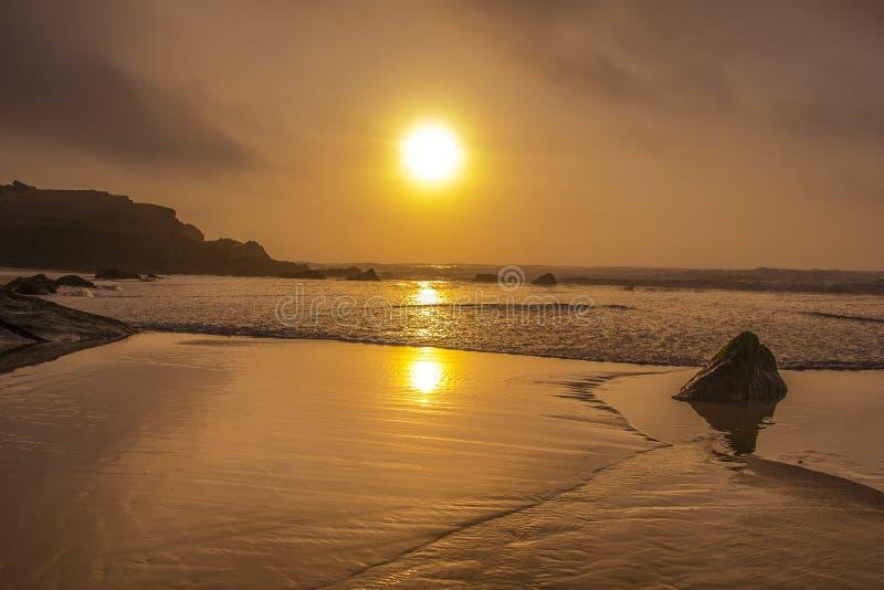 Großer Strand in Portugal lizenzfreies stockbild