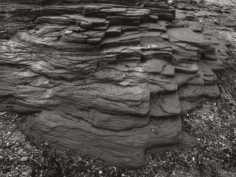 Großer strukturierter Felsen im Sepia lizenzfreie stockfotografie