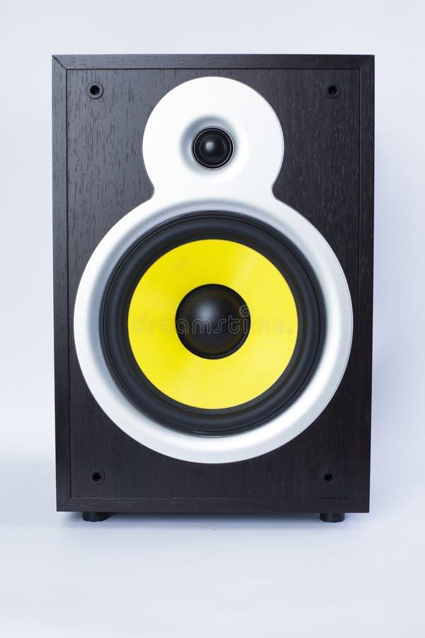 Großer Subwoofer mit gelbem Sprecher auf weißem Hintergrund, laute Musik stockfoto