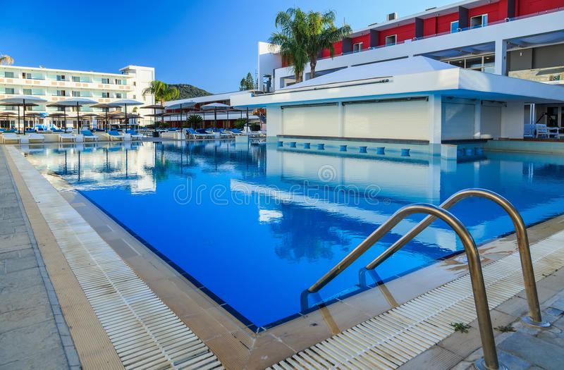 Großer Swimmingpool mit Bar an einem tropischen Hotelluxuserholungsort stockfoto