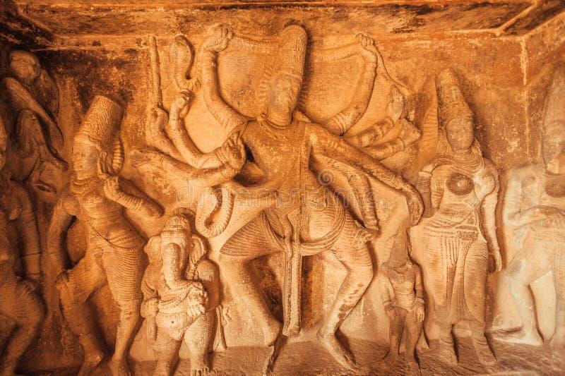 Großer Tänzer Shiva Lord mit vielen Händen Alte Entlastung mit Beispiel der alten indischen Architektur in Aihole, Indien lizenzfreies stockbild