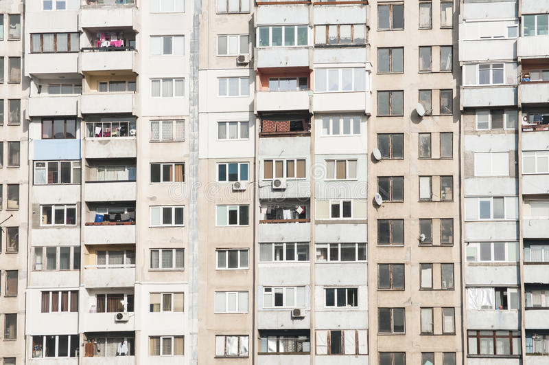 Großer veralteter Wohnblock stockfoto