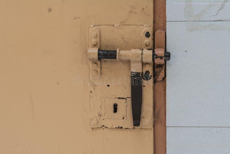 Großer Verschluss auf der Gefängniszelltür lizenzfreies stockbild