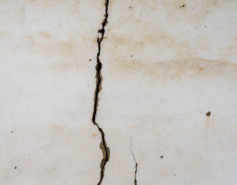 Großer vertikaler Sprung in vergipster Wand stockbilder