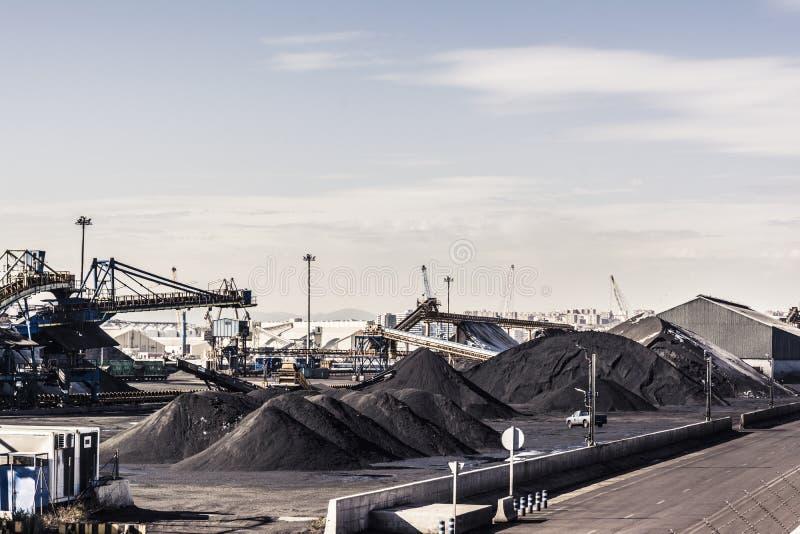 Großer Vorrat der Kohle in Tarragona-Hafen lizenzfreies stockbild