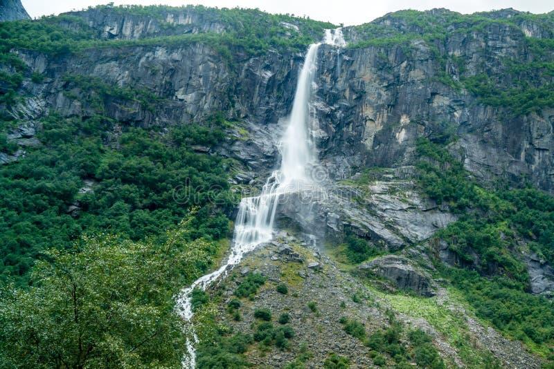 Großer Wasserfall in der Landschaft von Norwegen lizenzfreie stockfotografie