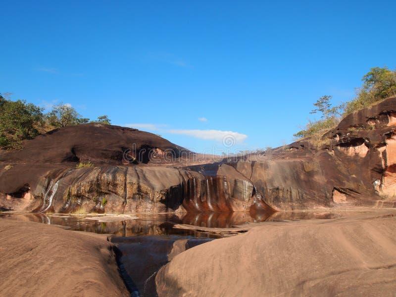 Großer Wasserfall in Thailand in der Trockenzeit lizenzfreie stockfotografie