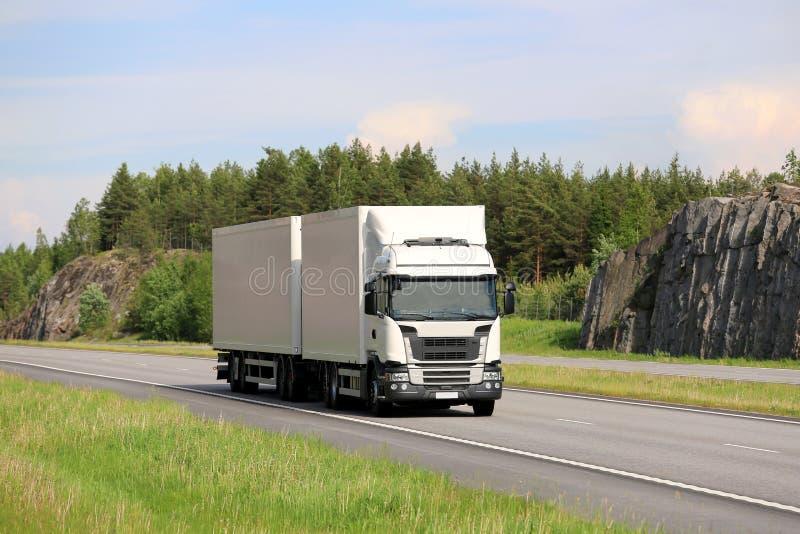 Großer weißer Fracht-LKW auf Autobahn stockbild