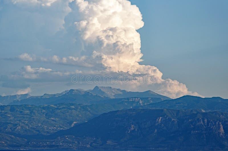 Großer weißer Wolken-Kopf über Peloponnes, Griechenland lizenzfreie stockfotografie