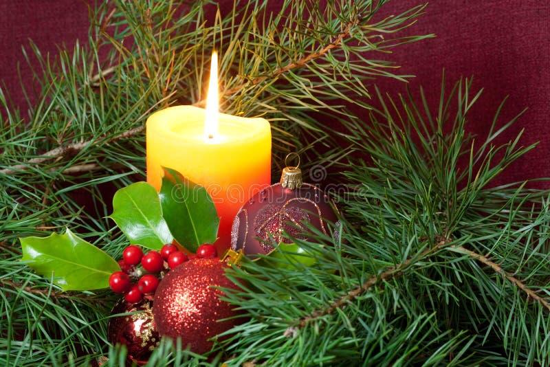 Großer Weihnachtsflitter und -kerzen auf Dunkelheit stockbild