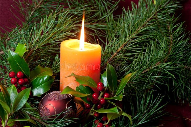 Großer Weihnachtsflitter und -kerzen auf Dunkelheit lizenzfreie stockbilder