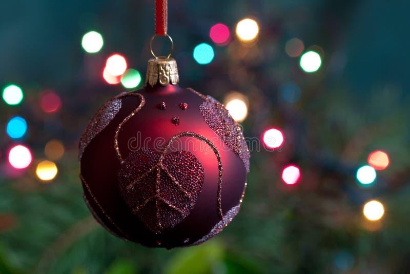 Großer Weihnachtsflitter und -kerzen auf Dunkelheit lizenzfreies stockfoto
