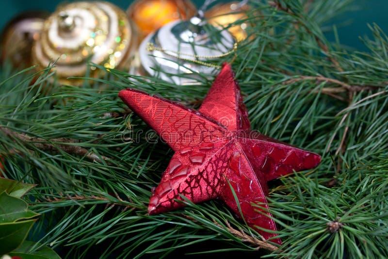 Großer Weihnachtsstern, Flitter und Tannenzweige stockfotos
