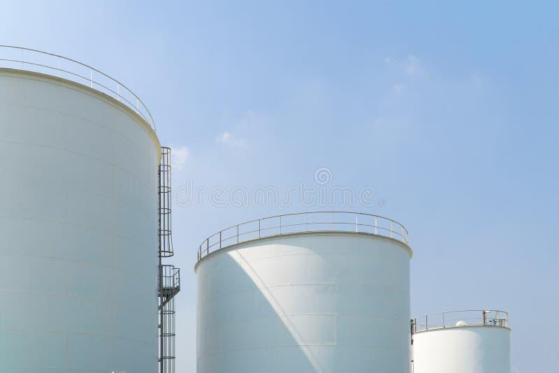 Großer Wildwasserbehälter mit blauem Himmel lizenzfreie stockfotografie