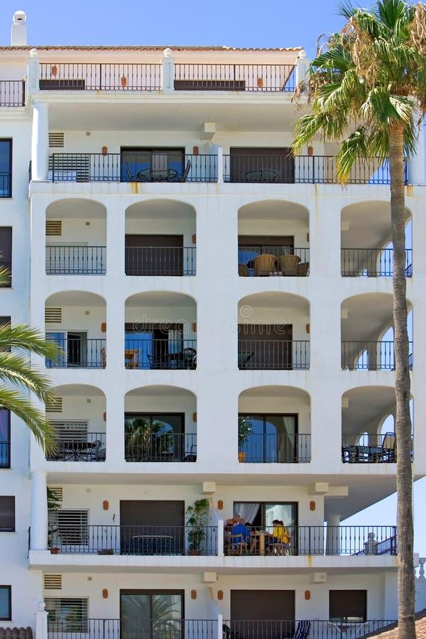 Großer Wohnblock im spanischen Kanal auf der Costa Del sol lizenzfreies stockfoto