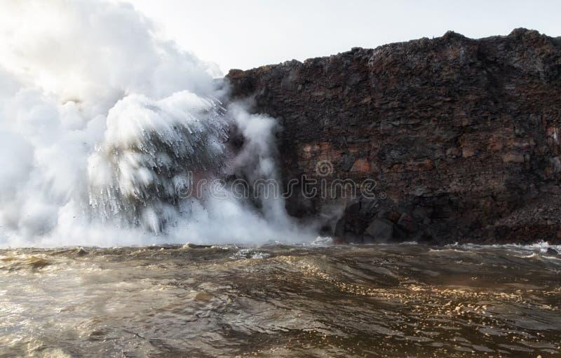 Großes Asche- und debri explotion am ocea Lavaeintritt lizenzfreie stockbilder