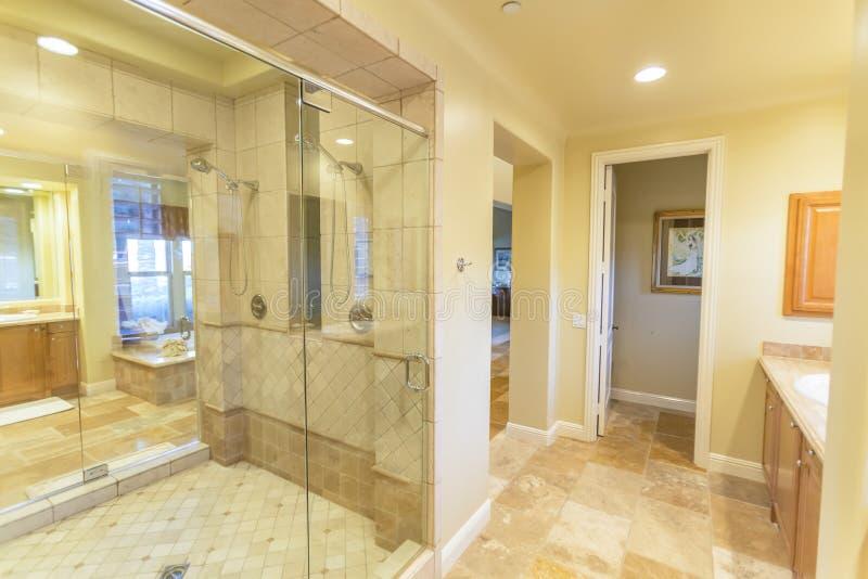 Großes Badezimmer mit Dusche und schöne Fliese arbeiten in San Diego California stockbild