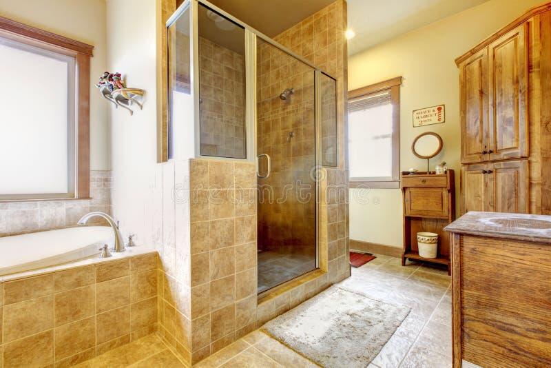 Großes Badezimmer Mit Hölzernen Möbeln Und Natürlichen Farben ...