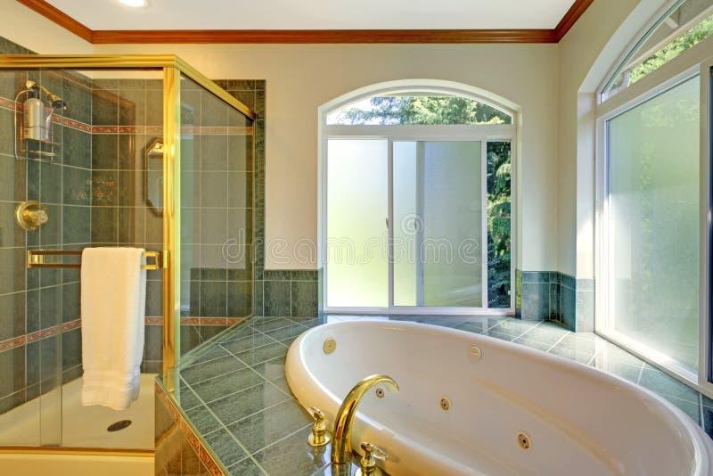 Großes Badezimmer Mit Jacuzzi, Stockfoto - Bild von amerikanisch ...
