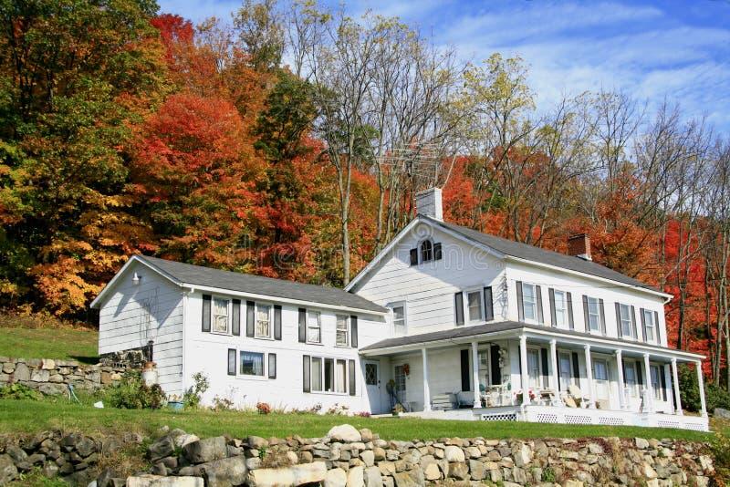 Großes Bauernhofhaus auf einem Hügel stockbilder