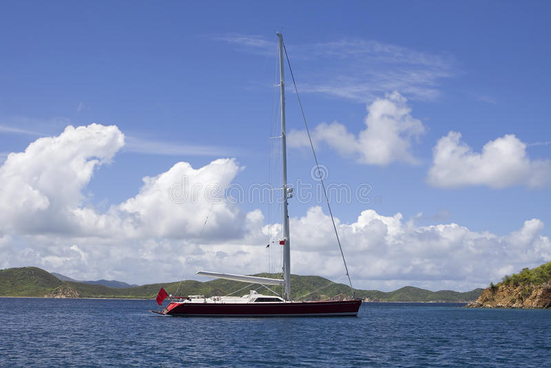 Großes befestigtes Segelboot lizenzfreie stockfotos