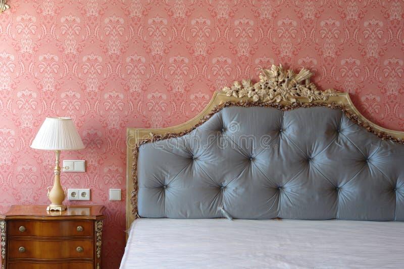 Großes Bett lizenzfreies stockfoto