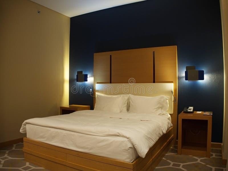 Gro?es Bett im Hotelzimmer Novotel Russland Sochi 05 10 2019 lizenzfreies stockfoto