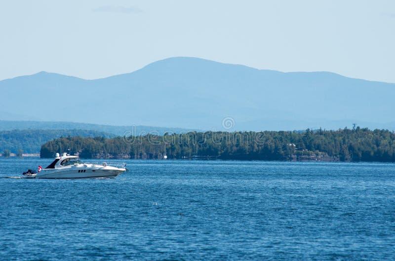 Großes Boot, das auf See Champlain crusing ist stockfotos