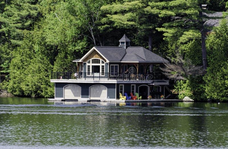 Großes Bootshaus/Häuschen lizenzfreies stockbild